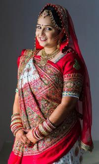 ethnic gujarati wedding bridal look details- BollwyoodShaadis