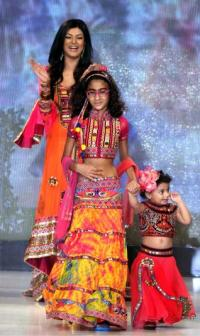 9 celebrity bollywood super moms with their kids sushmita sen with daughters