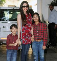 9 celebrity bollywood super moms with their kids karisma kapoor with her kids