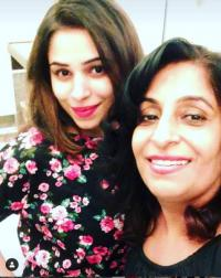 Ishita Kumar with mom
