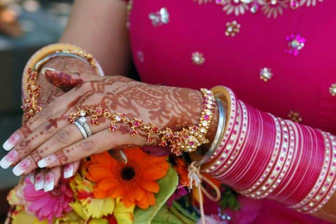 In Maharashtra The Bridal Chooda Is Significantly Diffe Brides Wear Green Gl Bangles Odd Numbers Signifies Creativity