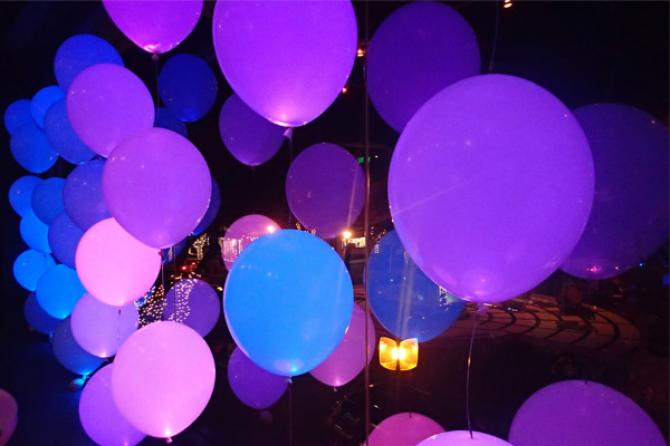 Set an ambience with a combination of balloon and lights by this wedding decor.
