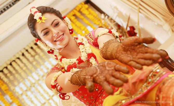 Flower Jewellery For Mehndi : 4 things every bride to be must know about floral jewellery