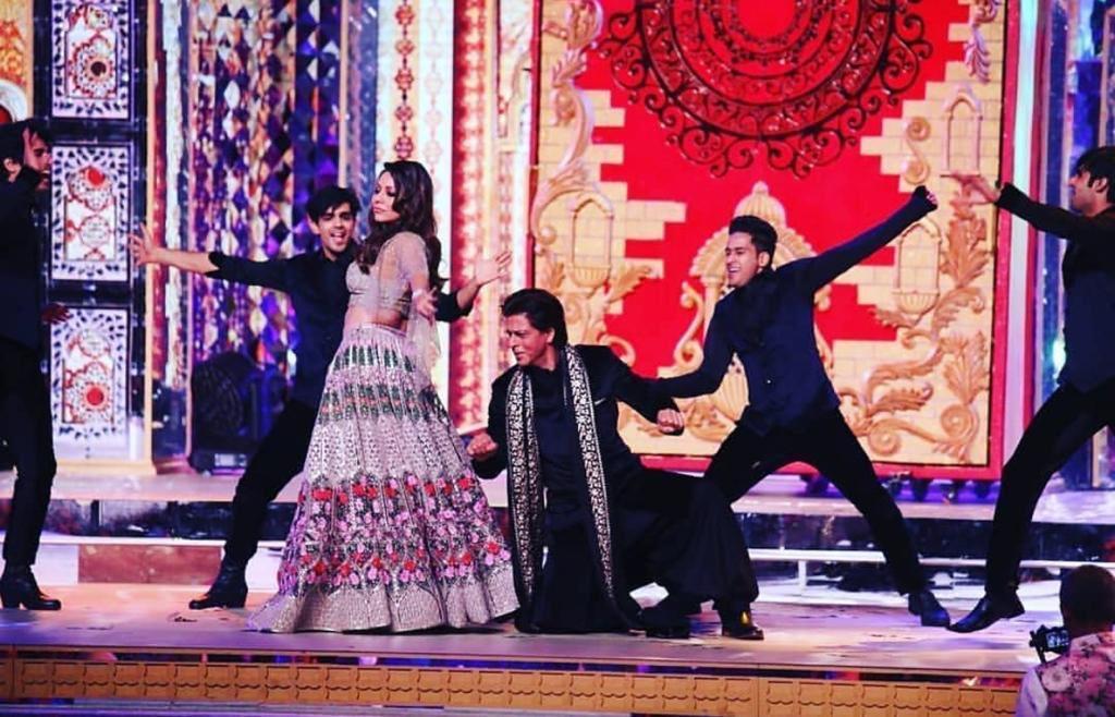 SRK dancing with Gauri