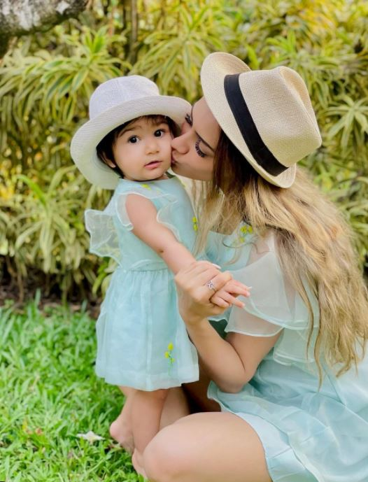 Smriti Khanna with her daughter