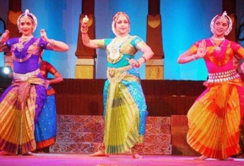 Hema Malini dancing with her daughters